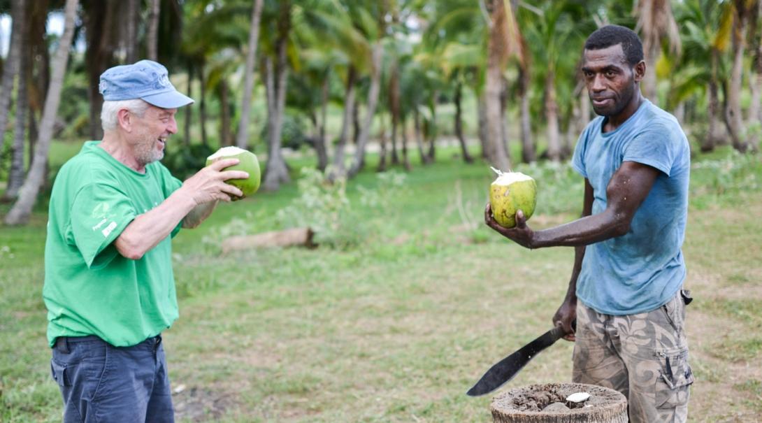 フィジーで現地人と交流するシニアボランティア